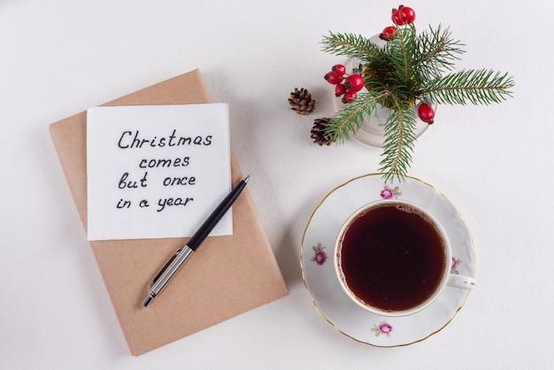 Saudações de feliz natal ou desejos. texto manuscrito com desejos em um guardanapo.