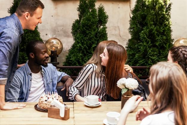 Saudações sinceras dos colegas para uma aniversariante em um café