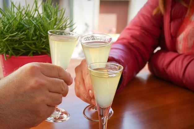 Saudando pessoas com doses de bebida