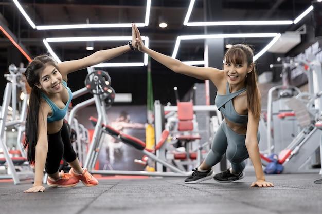 Saudável, asiático, duas pessoas, mulher jovem, push-up, ligado, pesos, e, dar, alto cinco