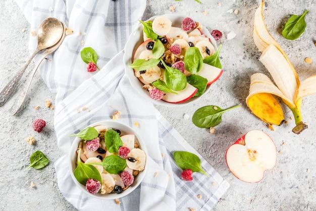Saudável café da manhã de verão, salada de frutas e bagas