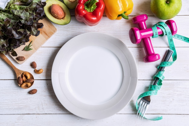 Saudável comer comida com prato vazio e copyspace, plano de dieta, vista superior