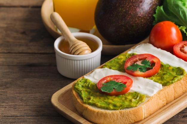 Saudável delicioso sanduíche aberto com propagação de cream cheese