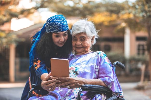 Saudável. família. filha ajuda sênior mãe exercício. conceito de saúde do idoso.