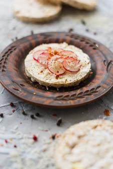 Saudável, pequeno almoço, com, caseiro, tufado, bolo arroz, enfeite, com, fatias, de, nabo, e, queijo, ligado, prato