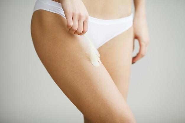 Saúde da mulher. closeup do corpo da mulher com pele macia em biquíni