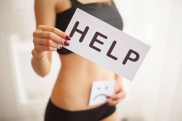 Saúde da mulher corpo feminino, segurando, símbolo ajuda, cartão, perto, estômago
