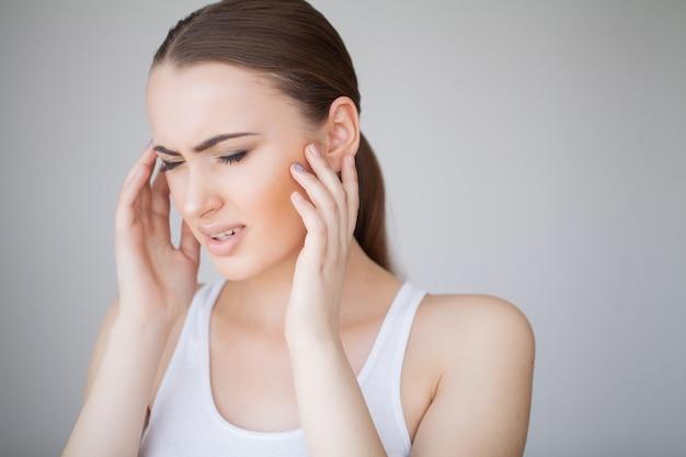Saúde e dor de cabeça. mulher bonita com dor de cabeça forte, sentindo dor