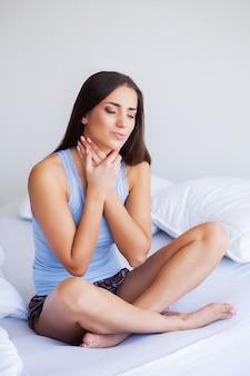 Saúde e dor no pescoço. mulher bonita, sentindo-se doente, com dor de cabeça, dor no corpo doloroso