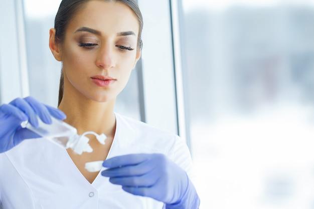 Saúde e medicina. oftalmologista segurando colírios e conta