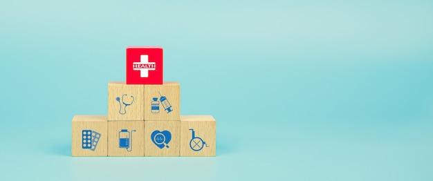 Saúde e médicos na pilha de blocos de madeira.