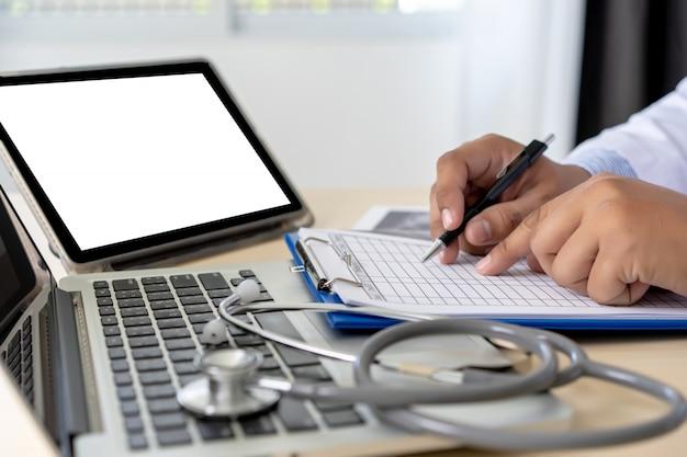 Saúde, escrita, prescrição doutor, trabalhando, com, laptop, computador