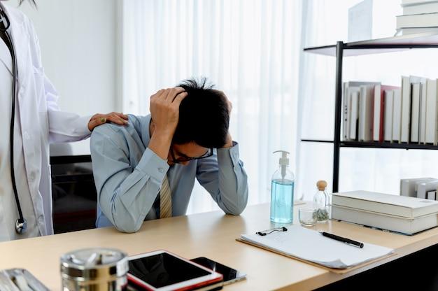 Saúde mental. o psicólogo aconselha o paciente. desemprego de problemas econômicos durante a perda de empregos por coronavirus ou covid-19 na tailândia, ásia.