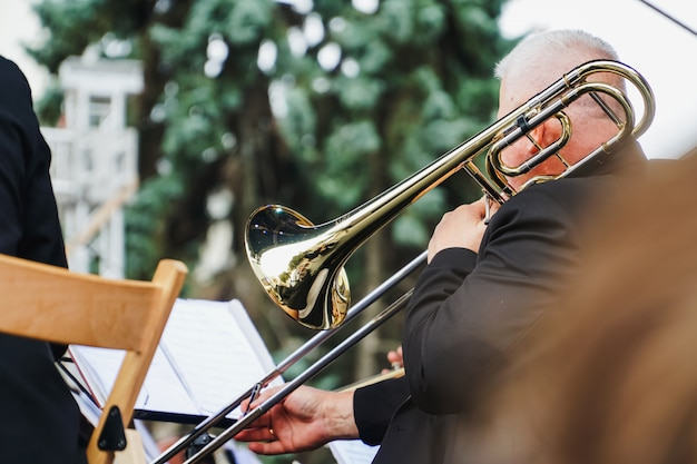 Saxofonista em um festival ao ar livre na ucrânia. desempenho cultural