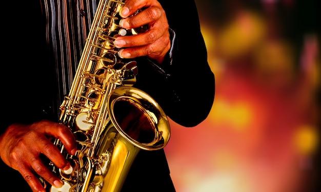 Saxofonista saxofonista tocando instrumento de jazz