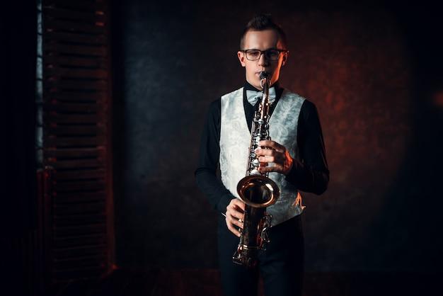 Saxofonista tocando jazz no saxofone