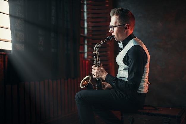 Saxofonista tocando melodia de jazz no saxofone