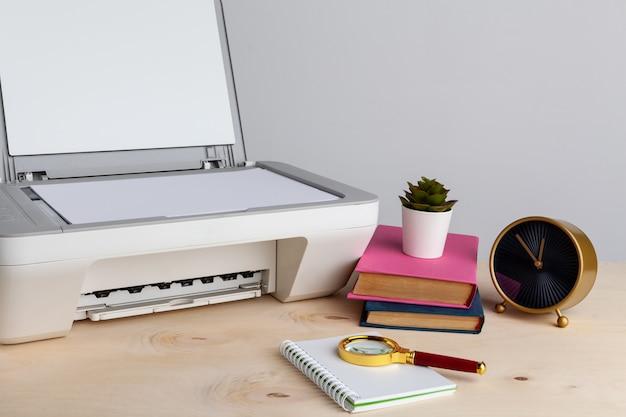 Scanner branco ou impressora sobre uma mesa close-up