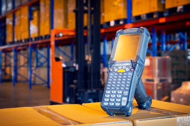 Scanner de código de barras bluetooth no armazém de armazenamento