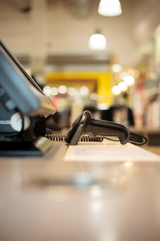 Scanner perto da caixa registradora de um enorme shopping center