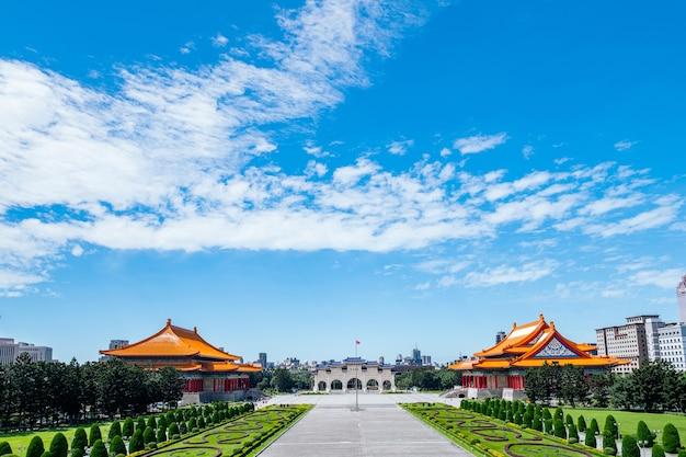Scene of people está viajando pelo national chiang kai-shek memorial hall, em taipei, taiwan.