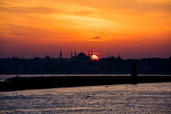 Scenic do nascer do sol sobre o oceano em Istambul, Turquia