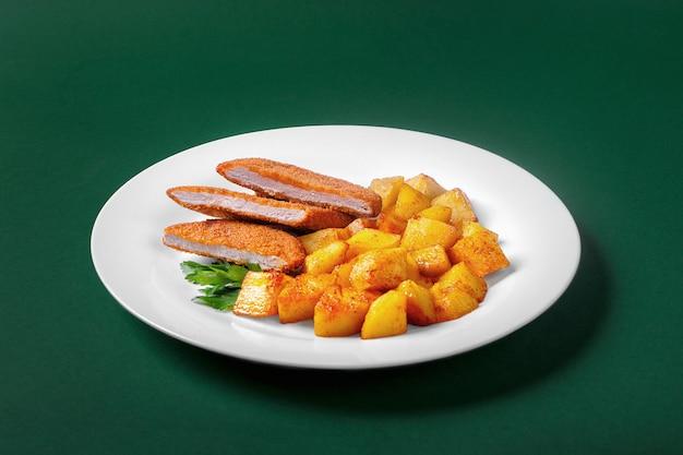 Schnitzel com batatas para o menu