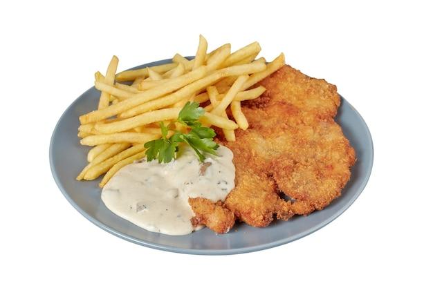 Schnitzel com molho e batatas fritas, prato de restaurante, imagem isolada