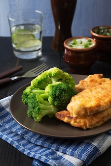Schnitzel de frango e brócolis