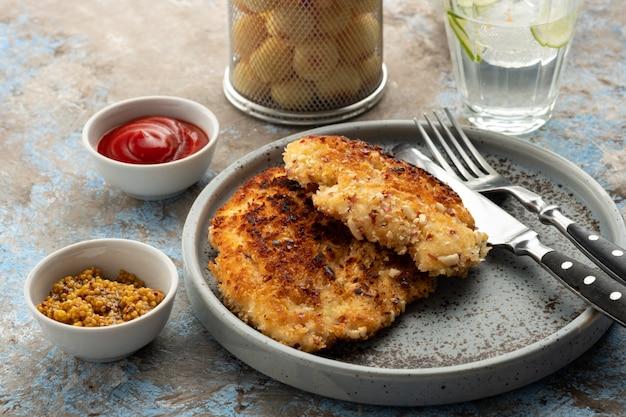 Schnitzel de salsicha com bolas de batata e molho de limão. schnitzel de frango em panificação