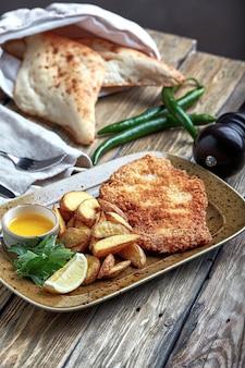 Schnitzel saboroso com batata cozida. vista superior, comida plana leiga