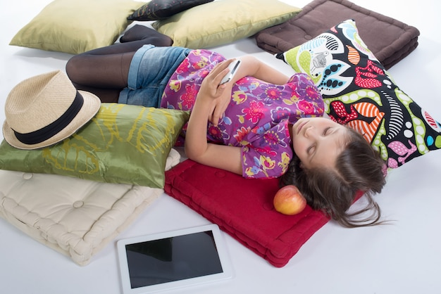 Schoolgirl, com, um, telefone móvel