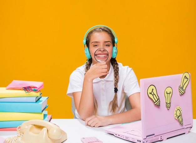 Schoolgirl, escrivaninha, com, laptop, em, memphis, estilo