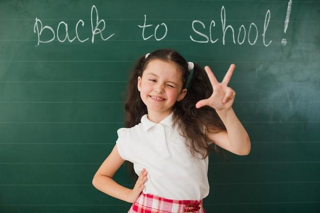 Schoolgirl piscando e gesticulando