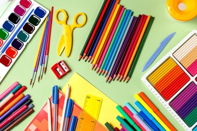 Schooltable. vários materiais escolares em uma área de trabalho, copie o espaço