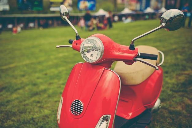 Scooter retrô vermelha na grama
