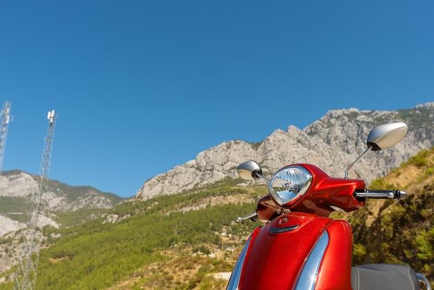 Scooter vermelha nas montanhas do sul da turquia, perto de alanya.