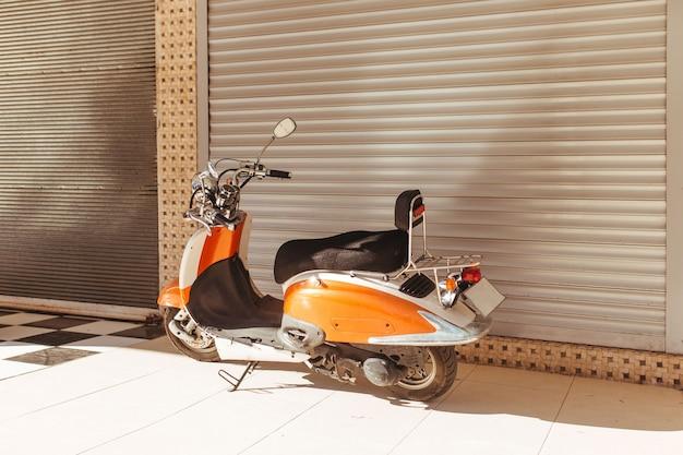 Scooter vintage estacionada em uma garagem fechada