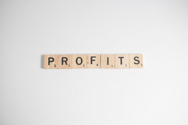 Scrabble letras soletrando lucros, conceito do negócio