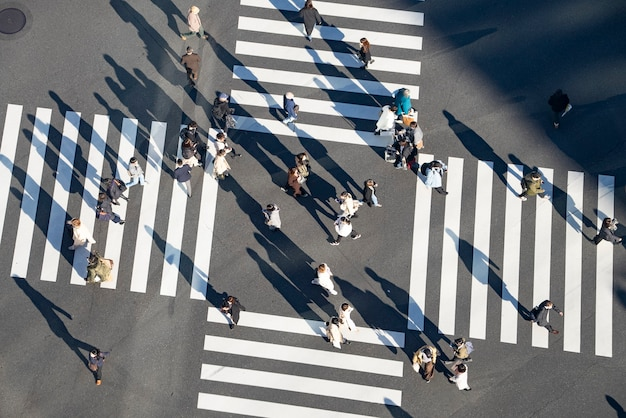 Scramble crossing in tokyo, japan, onde as pessoas vão e vêm