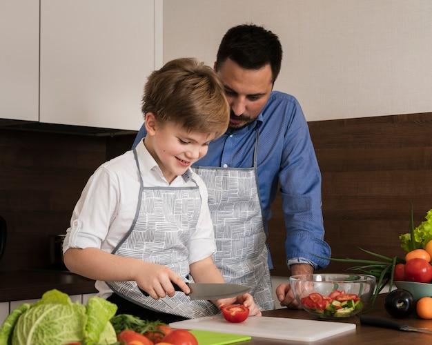 Sde ver filho e pai em casa cozinhar