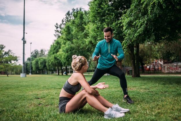 Se divertindo enquanto se exercita ao ar livre.