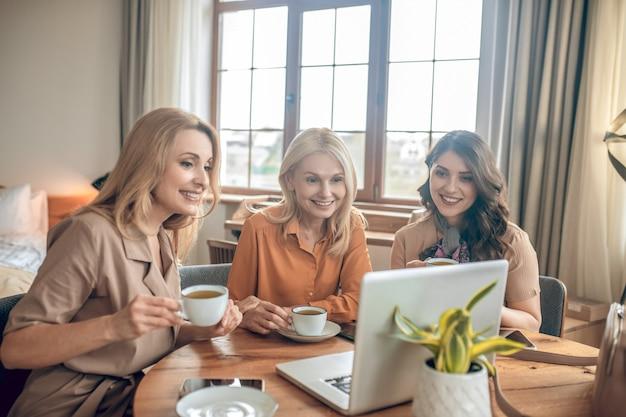 Se divertindo. grupo de mulheres passando um tempo juntas e se sentindo animadas