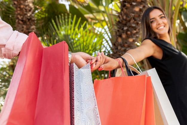 Se divertindo juntos enquanto carregava sacolas de compras