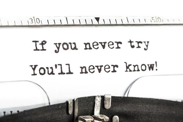 Se você nunca tentar você nunca saberá! impresso em uma velha máquina de escrever.