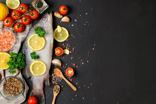 Seabass e ingredientes dos peixes frescos para cozinhar.