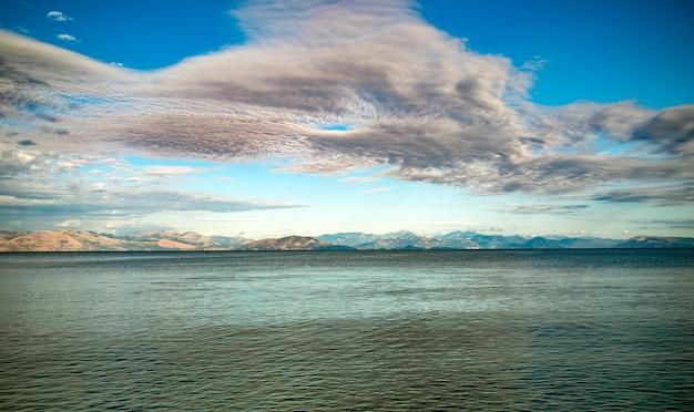 Sealine incrível com águas cristalinas perto da ilha de corfu, na grécia. bela paisagem do mar jônico