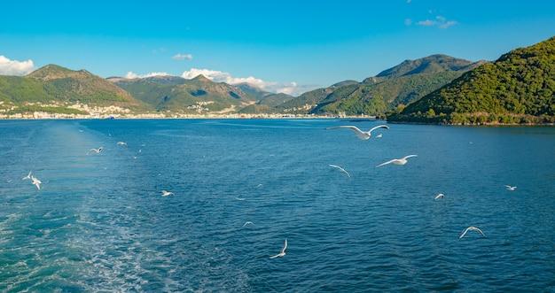 Sealine incrível com águas cristalinas, trilha após barco, grécia. bela paisagem do mar jônico, ilha. tempo ensolarado.