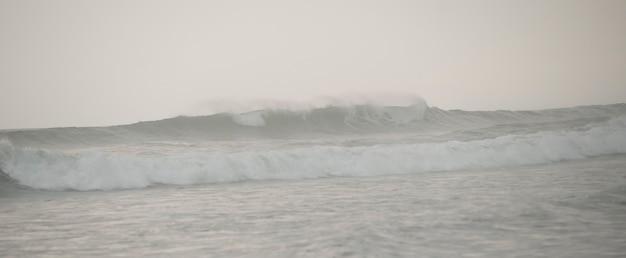 Seascape ao longo da costa de mal pais em san jose costa rica