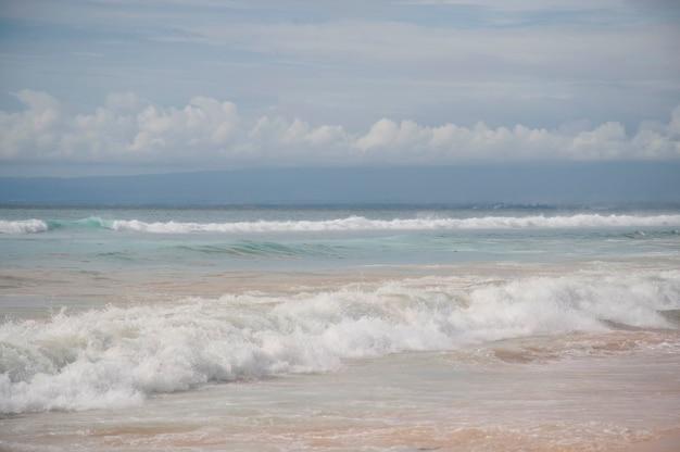 Seascape ao longo da costa em bali